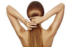 Gezond Glanzend Lang Haar in Verhaal Mooi Meisje die haar Haar in hand houden Achtermening over wit Kapsel met sterk Haar stock afbeeldingen