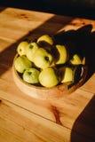 Gezond groen voedsel met omhoog appelen op houten van het platenbureau spot als achtergrond royalty-vrije stock fotografie