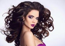 Gezond haar Mooi Donkerbruin Meisjesportret Heldere make-up M stock foto's