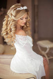 Gezond haar Mooie glimlachende bruid met lange blonde krullende hai Royalty-vrije Stock Afbeeldingen
