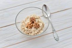 Gezond het eten recht Havermeel met okkernoten Royalty-vrije Stock Fotografie