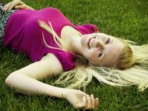 Gezond jong meisje dat op het gras legt Royalty-vrije Stock Foto's