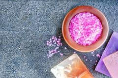 Gezond levensstijlconcept met aromatisch zepen en overzees zout stock foto