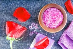 Gezond levensstijlconcept met aromatisch zepen en zout Zeep, handdoek en bloemensneeuwklokjes royalty-vrije stock foto's