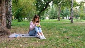 Gezond levensstijlmeisje die salade glimlachen eten gelukkig in openlucht op mooie dag Gezonde Glimlachende Tiener met Kom van stock videobeelden