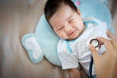 Gezond Mensenconcept Het Aziatische aanbiddelijke babyzuigeling lachen stock afbeelding