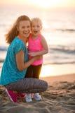 Gezond moeder en babymeisje op strand stock afbeeldingen