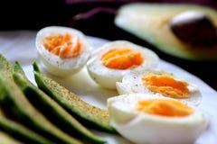 Gezond ontbijt - avocado en eieren Stock Fotografie