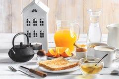 Gezond ontbijt die concept, divers ochtendvoedsel eten - pannekoeken, zacht-gekookt ei, toost, havermeel, granola, fruit, koffie, stock foto