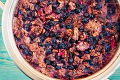 Gezond ontbijt, gebakken havermeel met bessen en noten Stock Foto's
