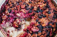 Gezond ontbijt, gebakken havermeel met bessen en noten, close-up Stock Foto