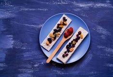Gezond ontbijt, graangewas, dieetbrood op blauwe achtergrond, framboos in een houten lepel, close-up, natuurlijke lichte, hoogste Royalty-vrije Stock Afbeelding
