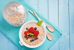 Gezond ontbijt - havermoutpap met bessen Stock Foto
