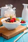 Gezond ontbijt - havermoutpap met bessen Royalty-vrije Stock Afbeeldingen