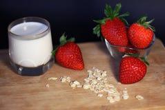 Gezond ontbijt met aardbei, graangewassen, haver en glas melk royalty-vrije stock foto's