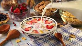 Gezond ontbijt met aardbeien en muesli stock videobeelden