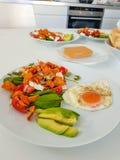 Gezond ontbijt met avocado en gebraden eieren stock foto's