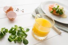 Gezond ontbijt met gestroopte eieren Royalty-vrije Stock Foto's