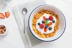 Gezond ontbijt met graangewassen en bessen in e Stock Afbeeldingen