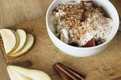 Gezond ontbijt met havermeel, peer, appel, kokosmelk en kaneel Stock Fotografie