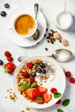 Gezond ontbijt met koffie, yoghurt, granola en bessen Royalty-vrije Stock Foto
