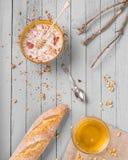 Gezond ontbijt met muesli en honing Stock Foto's