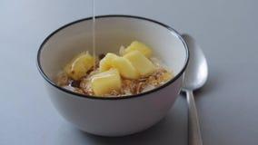 Gezond ontbijt met muesli en melkachtige yogurth stock video