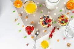 Gezond ontbijt met muesli, melk, yoghurt, fruit stock afbeelding