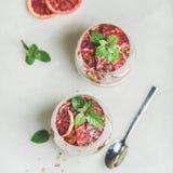 Gezond ontbijt met yoghurt, granola, sinaasappel gelaagd parfait royalty-vrije stock afbeelding