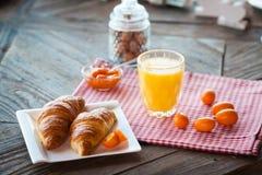 Gezond ontbijt op de lijst royalty-vrije stock afbeeldingen