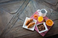 Gezond ontbijt op de lijst stock afbeelding