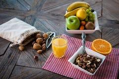 Gezond ontbijt op de lijst stock afbeeldingen