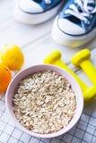 Gezond ontbijt op witte houten achtergrond Stock Fotografie
