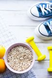 Gezond ontbijt op witte houten achtergrond Stock Foto