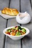 Gezond ontbijt: plantaardige salade en roomsaus Royalty-vrije Stock Fotografie