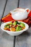 Gezond ontbijt: plantaardige salade en roomsaus Stock Fotografie