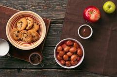 Gezond ontbijt van eigengemaakte koekjes met chocolade, melk, appl royalty-vrije stock foto's