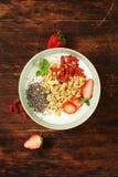 Gezond ontbijt van muesli, yoghurt, chiazaden Stock Fotografie