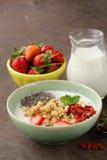 Gezond ontbijt van muesli, yoghurt, chiazaden Royalty-vrije Stock Afbeelding