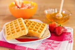 Gezond ontbijt van wafels, aardbei, muesli en honing Stock Afbeelding