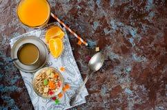 Gezond Ontbijt vastgestelde Granola, koffie en sap Royalty-vrije Stock Afbeeldingen