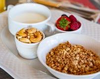 Gezond ontbijt Vers sap, granola, muesli met melk en bessen stock foto's
