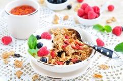 Gezond ontbijt, yoghurt met granola en bessen op de witte lijst royalty-vrije stock fotografie