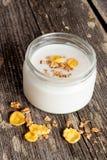 Gezond ontbijt - yoghurt met muesli dichte omhoog verticaal royalty-vrije stock afbeelding