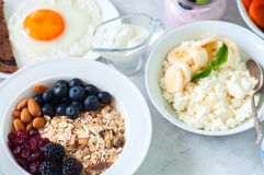 gezond ontbijtconcept Eigengemaakte granolamuesli met blackb Royalty-vrije Stock Fotografie