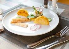 Gezond ontbijtvoedsel Heerlijke Benedict voor echte gastronomisch Prachtig gediende Benedict op wit dienblad in restaurant stock fotografie
