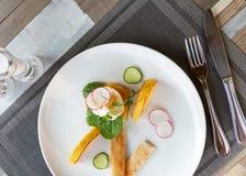 Gezond ontbijtvoedsel Heerlijke Benedict voor echte gastronomisch Prachtig gediende Benedict op wit dienblad in restaurant stock afbeelding