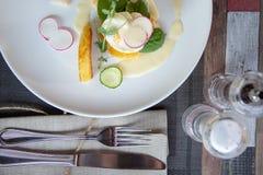 Gezond ontbijtvoedsel Heerlijke Benedict voor echte gastronomisch Prachtig gediende Benedict op wit dienblad in restaurant stock foto's