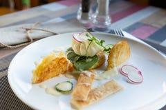 Gezond ontbijtvoedsel Heerlijke Benedict voor echte gastronomisch Prachtig gediende Benedict op wit dienblad in restaurant royalty-vrije stock fotografie