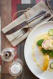 Gezond ontbijtvoedsel Heerlijke Benedict voor echte gastronomisch Prachtig gediende Benedict op wit dienblad in restaurant royalty-vrije stock foto's